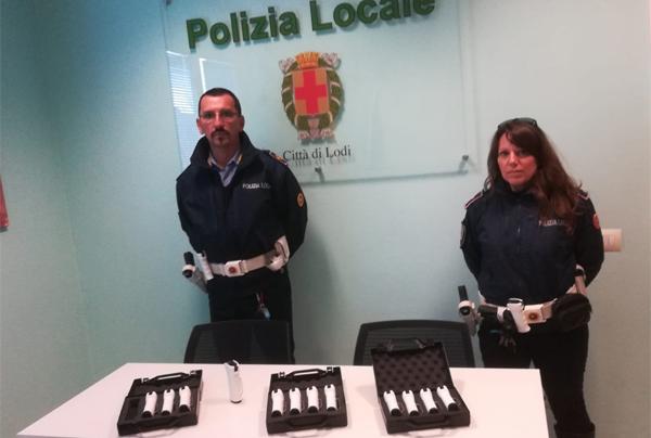 due agenti di polizia locale con i nuovi spray