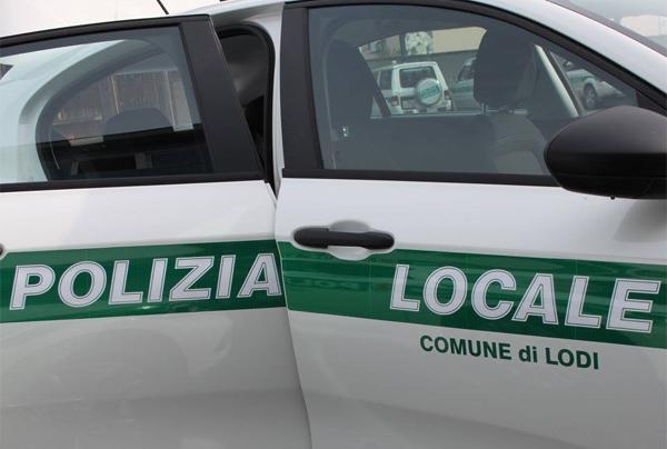 una vettura della polizia locale