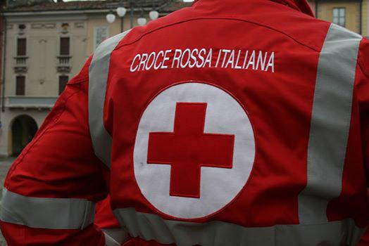 immagine della croce rossa riportata sulla giacca di un soccorritore