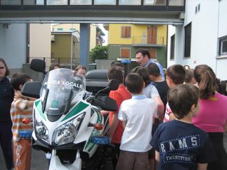 La classe guarda la motocicletta dei Vigili Urbani