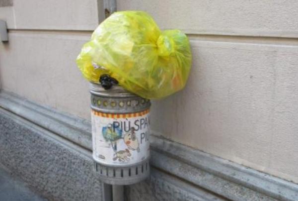 un sacchetto dei rifiuti sopra un cestino