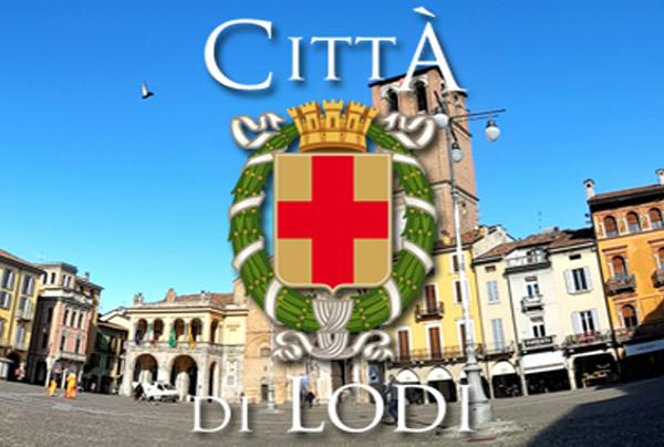 la piazza di lodi con lo stemma comunale