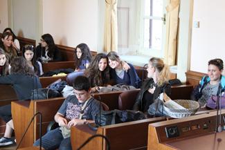 I professori degli studenti nell'aula consiliare