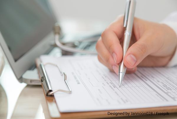 una mano che compila un foglio