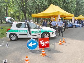 la macchina della polizia con due agenti