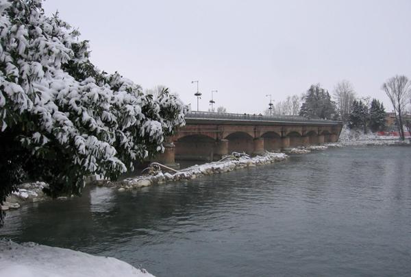 il ponte di lodi e l'adda sotto la neve