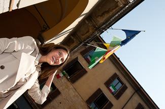 Bianca Balti sullo sfondo del Palazzo Broletto