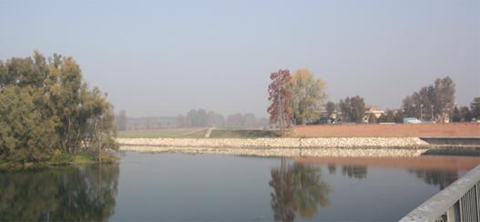 I nuovi argini in sponda sinistra a monte del ponte