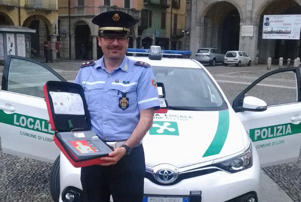 il commissario pavesi con un defibrillatore donato