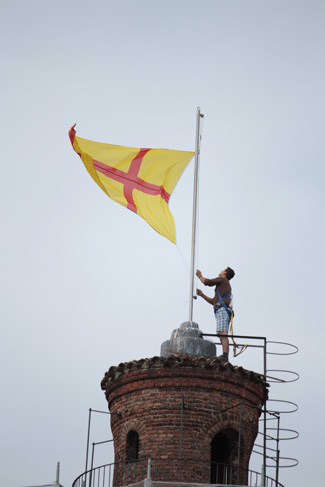 La bandiera di Lodi sul pennone del torrione