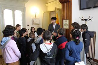 Gli alunni in visita in Comune: in cerchio di fronte alla stampatrice a caratteri mobili