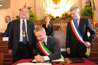 il sindaco firma l'atto di fratellanza con fontainebleau