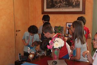 gli studenti nell'ufficio del sindaco