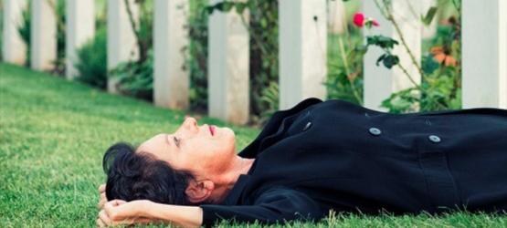 immagine dello spettacolo: una donna sdraiata sull'erba