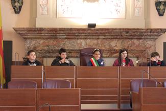 Gli alunni in visita in Comune: in aula consiliare