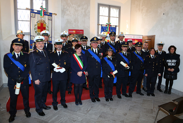 foto di gruppo della polizia locale di lodi