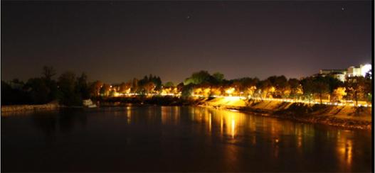 Panorama notturno della città dal Ponte Napoleone Bonaparte