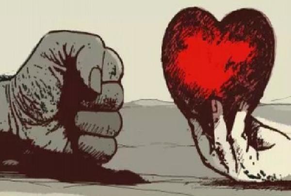 un pungo di un uomo e una mano femminile che porge un cuore