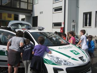 La classe guarda l'automobile dei Vigili Urbani