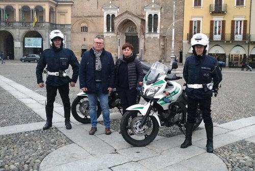 il sindaco, il comandante della Polizia Locale e due agenti con le motocicliette